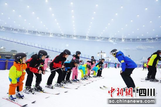 小朋友们认真学习着滑雪技能。(成都融创雪世界 供图)