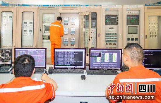 大溪河鱼跳电站中控室设备监控。