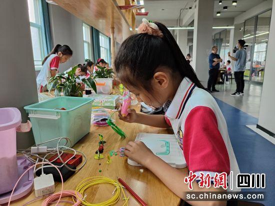 学生使用3D打印笔创作立体水果。 王露露 摄