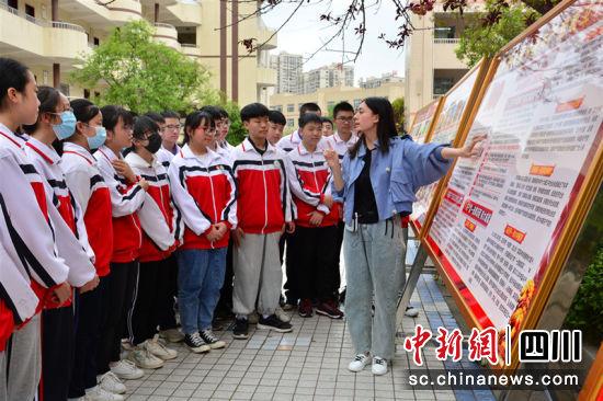 安岳县启明九年义务教育学校教师向学生讲党史。 朱国强 摄
