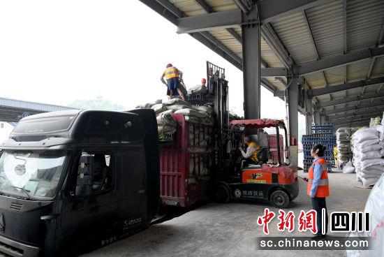 装卸货物。 绵阳车务段供图