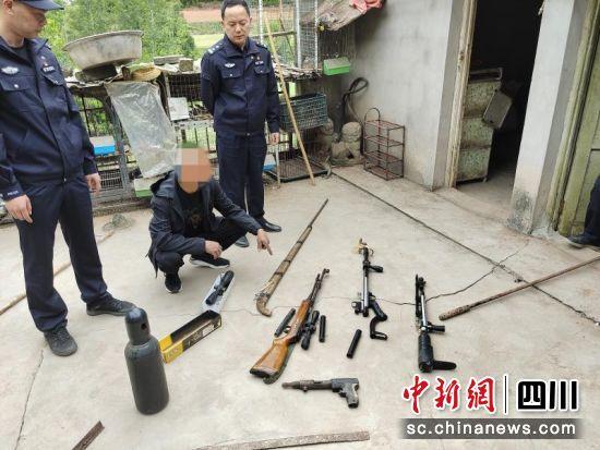 现场缴获枪支弹药等。