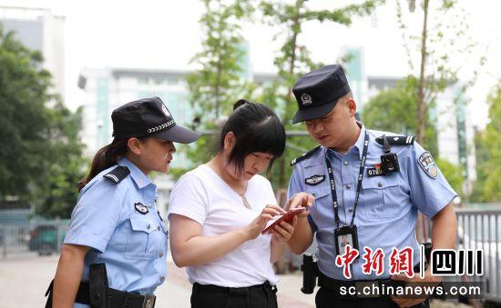 陈骁(右一)带领警员为民服务(荣县警方 供图)