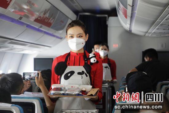 首航航班上,川航空乘人员为旅客准备餐食。(四川航空公司 供图)