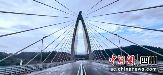 大桥主塔高182.922米。