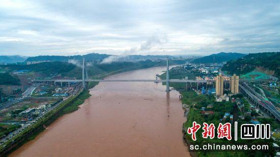 """远眺""""鱼跃长江""""盐坪坝长江大桥。"""