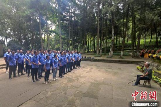 四川巴中祖孙三代义务守护全国最大红军烈士陵园