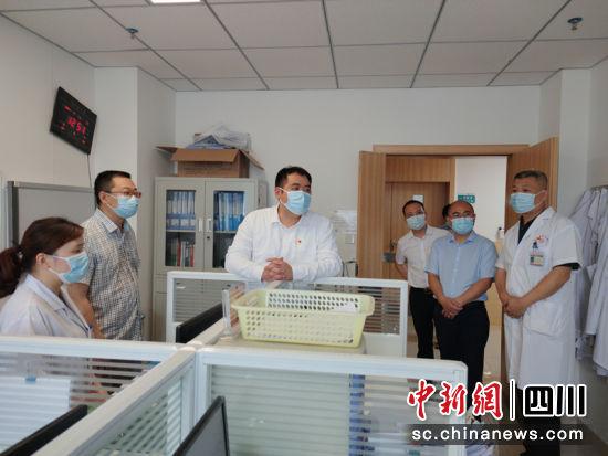 谢晓丹在县中医医院走访调研。徐波 摄