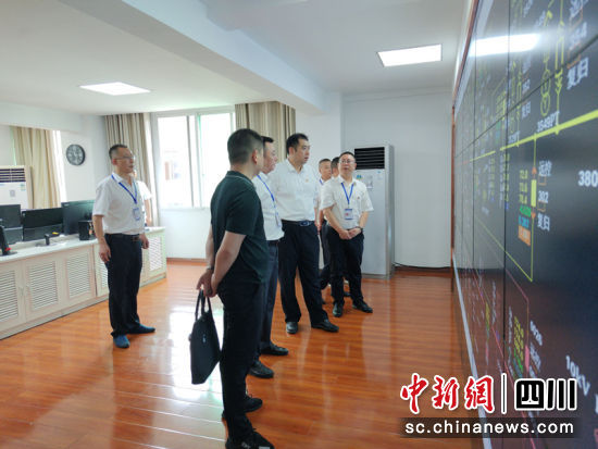 谢晓丹在四川能投筠连电力有限公司走访调研。徐波 摄