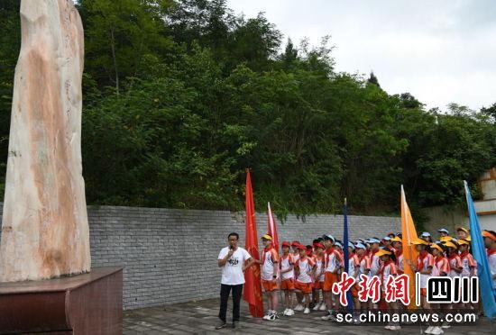 同学们参观红军凤凰寨伏击战纪念碑。彭杰 摄