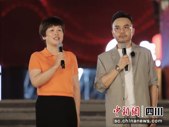 乐山市委常委、宣传部部长于丽与《天天向上》主持人汪涵。(唐倩 摄)
