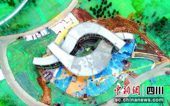 建设中的体育中心。汪泽民 摄