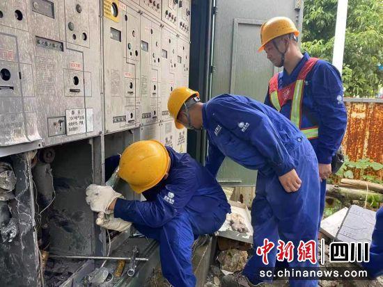 工作人员抢修线路,保障群众正常用电。 国网绵阳供电公司供图