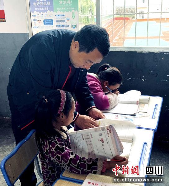 阙海宝执行校长与布拖小学的孩子们亲切交流。