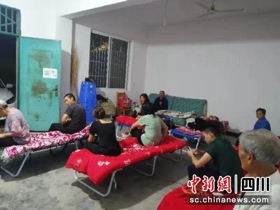 苏稽镇严龙村地质灾害点群众及时转移安置。乐山应急供图