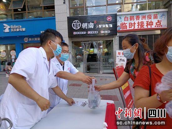 免费向老百姓发放预防新冠肺炎的中药汤剂。