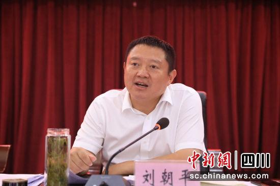 筠连县委书记刘朝平对发言进行点评。 詹超 摄