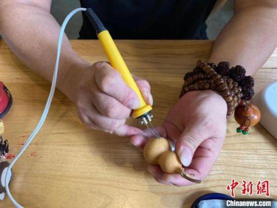 成都民间达人变废为宝 用易拉罐创意绘制大熊猫