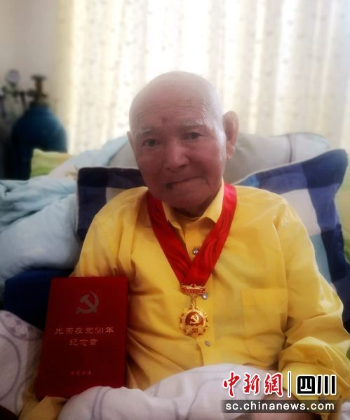 96岁老党员阿达根曲同志。王润花摄