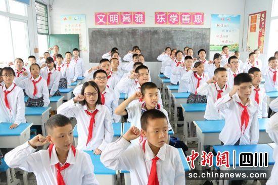 天宝中学学生上安全教育第一课。廖桂华 摄