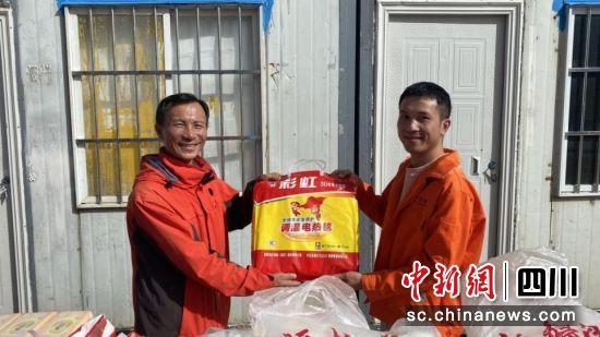 四川交建工会赠送取暖设备。肖川供图