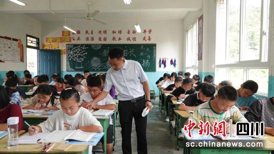 彭龙在课堂上。