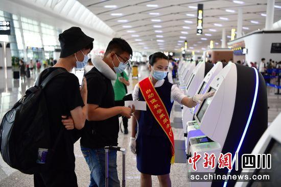 国庆期间旅客在天府机场办理值机。(四川机场集团 供图)