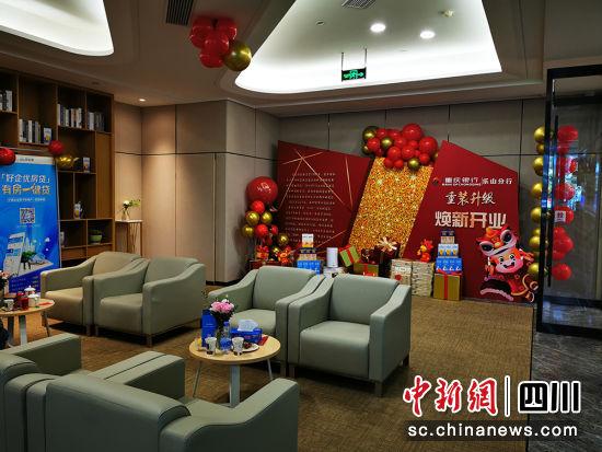 现代气派的营业大厅。重庆银行成都分行 供图
