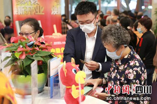 银行工作人员正向老年客户提供服务。重庆银行成都分行 供图