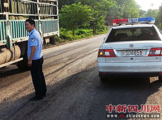 达州 最美交警中队长 李明军在事故现场疏导交通.jpg 高清图片