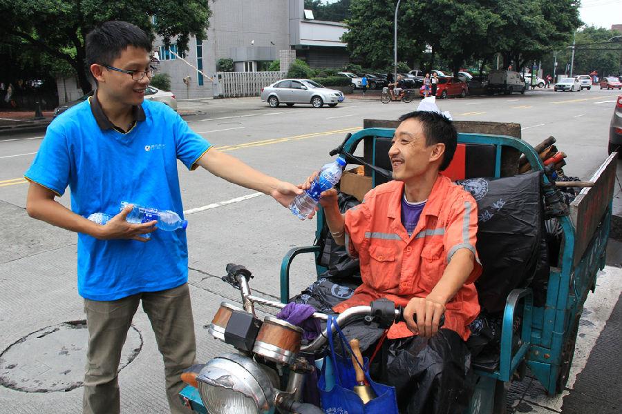 成都网友为户外工作者捐水 志愿者街头传递爱