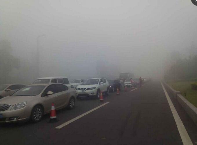 今晨受大雾影响 成自泸高速等多条高速暂时封闭