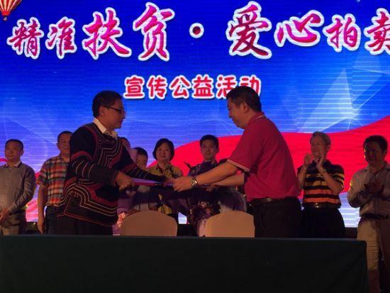 公益晚会上,江西商会与帮扶村签订了帮扶协议。(汤雁摄)
