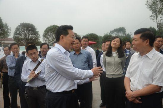 己贡市委书记李方(左)对富顺脱贫攻坚硬工干提出产建议 刘方摄