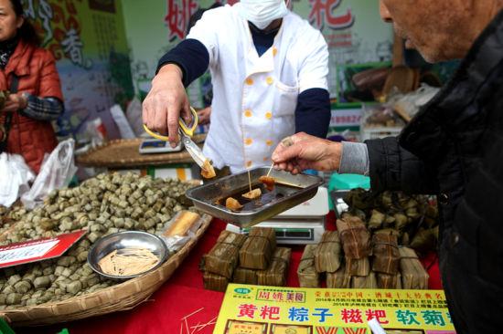 观展群众纷纷试吃泸州当地美食。邹立杨 摄