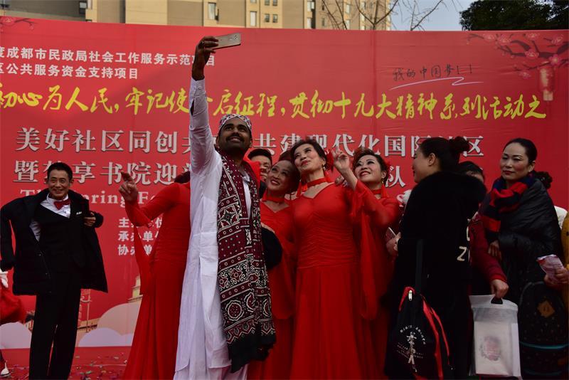 四川国际友人成都郫都感受国际社区传统文化迎新春